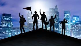 Os homens de negócios na realização e no conceito dos trabalhos de equipe foto de stock royalty free