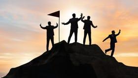 Os homens de negócios na realização e no conceito dos trabalhos de equipe imagem de stock
