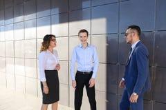 Os homens de negócios novos atrativos dos adultos, estudantes encontrados acima e discutem Fotografia de Stock