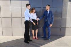 Os homens de negócios novos atrativos dos adultos, estudantes encontrados acima e discutem Imagens de Stock