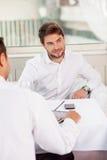 Os homens de negócios novos atrativos têm um almoço de negócio Imagem de Stock Royalty Free