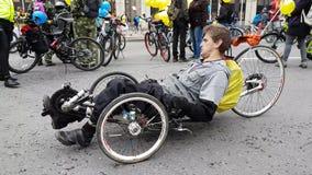Os homens deficientes participam na parada da bicicleta em torno do centro de cidade video estoque