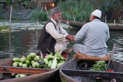 Os homens do Kashmiri vendem seus vegetais em um mercado de flutuação do e Foto de Stock