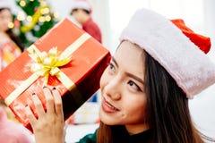 Os homens e as mulheres asiáticos decoraram a árvore de Natal foto de stock royalty free