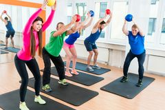 Os homens e as mulheres no gym que faz pilates malham imagens de stock royalty free