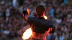 Os homens e a mulher dançam com os pois chain ardentes do fogo vídeos de arquivo