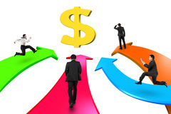 Os homens em quatro setas da cor vão para o sinal de dólar dourado Imagem de Stock Royalty Free