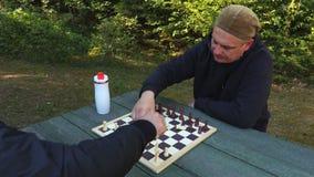 Os homens estão indo jogar a xadrez video estoque
