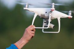 Os homens estão travando o dron no hend Fotografia de Stock