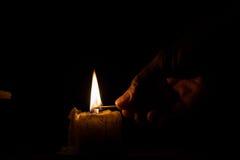 Os homens estão usando o fósforo para iluminar-se Fotografia de Stock
