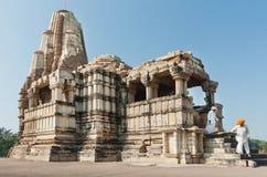 Os homens idosos nos turbantes descem do templo hindu de pedra branco Local do patrimônio mundial do UNESCO, Imagens de Stock Royalty Free
