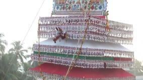 os homens indianos levam armam dentro a construção gigante com a estátua do deus vídeos de arquivo
