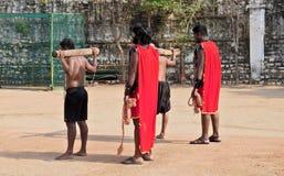 Os homens indianos levam a cruz durante o jogo do reenactment da crucificação de Jesus Christ no Sexta-feira Santa imagem de stock royalty free
