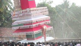 os homens indianos levam e balançam a construção gigante com estátua do deus video estoque