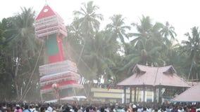 os homens indianos levam e balançam a construção gigante com estátua do deus vídeos de arquivo