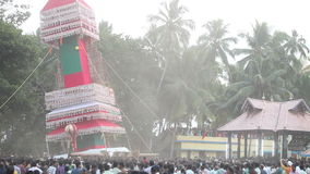 os homens indianos levam e balançam a construção gigante com estátua do deus filme