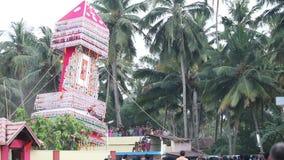os homens indianos levam em torno da estátua gigante do deus do templo video estoque