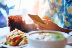 Os homens jogam a posse do smartphone e da mão do anel-D macio de vidro no café com referência a fotos de stock royalty free