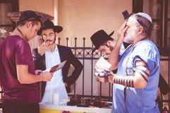 Os homens judaicos rezam na rua