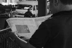 Os homens leram um jornal imagens de stock