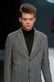 Os homens modelam no desfile de moda Valentin Yudashkin na semana de moda de Moscou, Queda-inverno 2016/2017 Fotografia de Stock