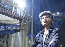 Os homens novos asiáticos verificam a máquina dentro da fábrica industrial fotografia de stock royalty free