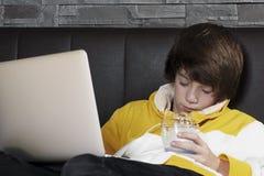 Os homens novos caem adormecido ao aprender Imagens de Stock