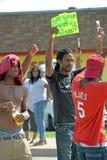 Os homens novos demonstram em Ferguson, MO Fotografia de Stock