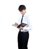 Os homens novos leram o livro no fundo branco r Fotos de Stock