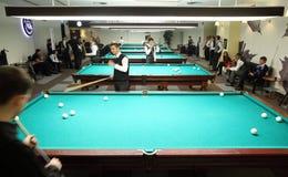 Os homens participaram no campeonato nos bilhar Foto de Stock