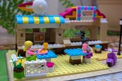 Os homens pequenos do brinquedo comem no café do brinquedo, Lego Foto de Stock Royalty Free