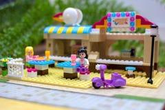 Os homens pequenos do brinquedo comem no café do brinquedo, Lego Fotografia de Stock