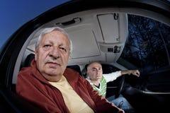 Os homens perderam ao conduzir pedir sentidos Imagem de Stock