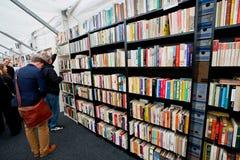 Os homens procuram os livros antigos imagem de stock royalty free