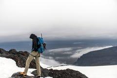 Os homens que caminham a cimeira de Hvannadalshnukur da geleira na montanha de Islândia ajardinam o parque 2 de Vatnajokull Fotografia de Stock Royalty Free