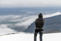 Os homens que caminham a cimeira de Hvannadalshnukur da geleira na montanha de Islândia ajardinam o parque de Vatnajokull Foto de Stock Royalty Free
