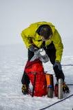 Os homens que caminham a cimeira de Hvannadalshnukur da geleira na montanha de Islândia ajardinam a trouxa da embalagem do parque Fotos de Stock Royalty Free