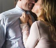 Os homens resistentes das mulheres do amor dos pares casaram o conceito Imagem de Stock