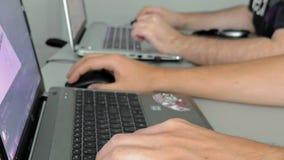 Os homens são centrados sobre seu trabalho no projeto gráfico video estoque