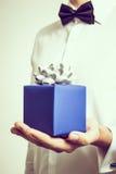 Os homens tonificados retros dão um presente do Natal Estilo oficial Imagem de Stock Royalty Free