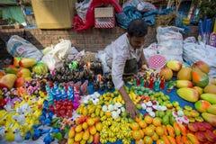 Os homens vendem a cerâmica por ocasião do khela de Jabbar er Boli em chittagong Fotografia de Stock Royalty Free