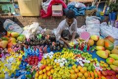 Os homens vendem a cerâmica por ocasião do khela de Jabbar er Boli em chittagong Fotografia de Stock