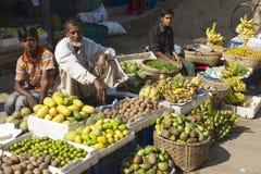 Os homens vendem frutos no mercado local em Bandarban, Bangladesh imagem de stock