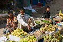 Os homens vendem vegetais no mercado local em Bandarban, Bangladesh imagens de stock royalty free