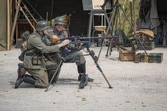 Os homens vestiram-se nos soldados do exército alemão do tempo de guerra uniformes com referência - a decretar m fotos de stock
