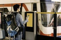 Os homens viajam mochileiros, guardam um smartphone para ver os gps, curso P imagem de stock