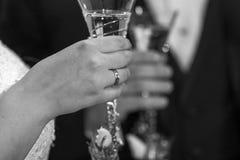 Os Honeymooners dizem elogios com champanhe em preto e branco efeito da grão Fotografia de Stock