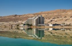 Os hotéis na praia do Mar Morto israel imagem de stock