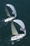 Os iate competem em Team Sailing Event fotos de stock