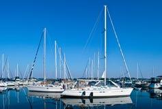 Os iate e os barcos brancos luxuosos amarraram no porto Imagens de Stock